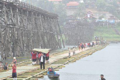 В Таиланде построен уникальный мост-плот