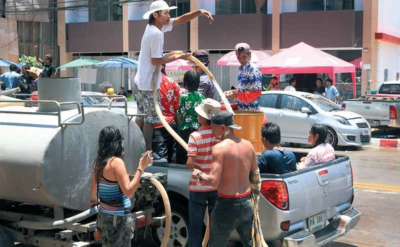 Зачем тайцы обливаются водой во время Сонгкрана?